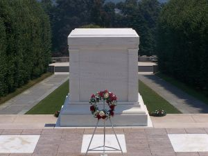 798px-Tomb_of_the_Unknowns_crack